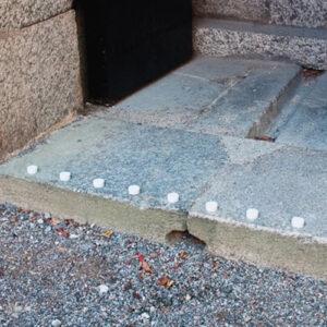 Installation av kontrastmarkering i sten.